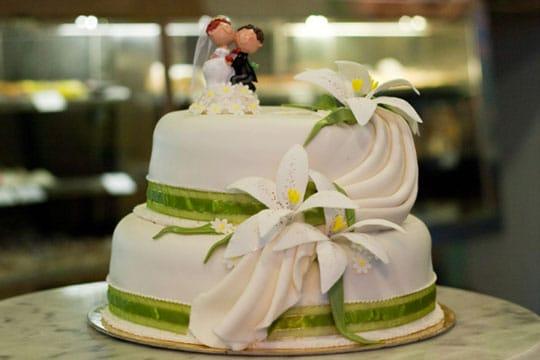 esküvői torta figurák Esküvői torták – Illés Cukrászda esküvői torta figurák